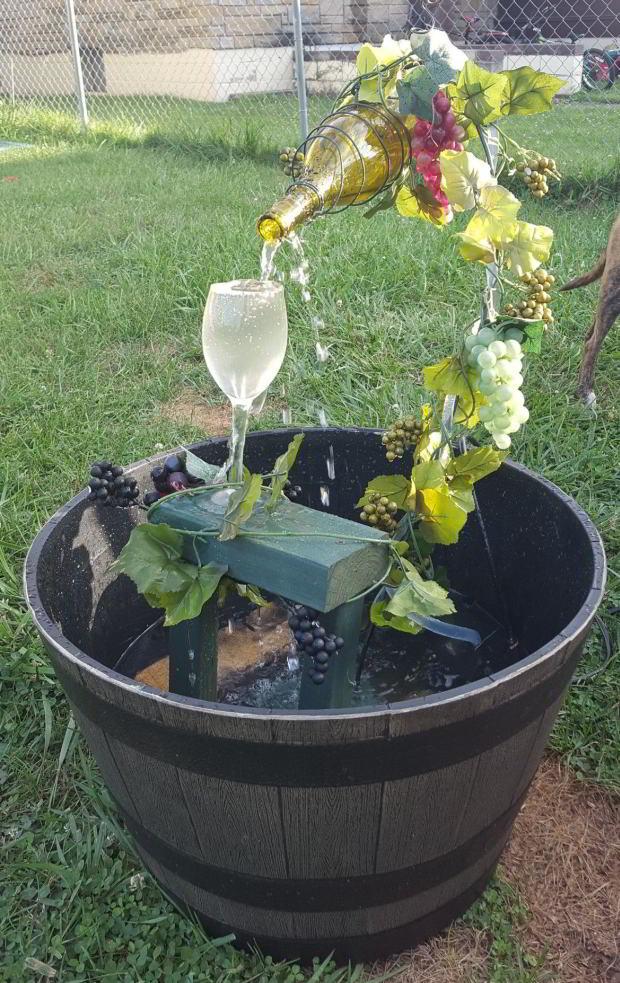 Vandspil med vinflaske